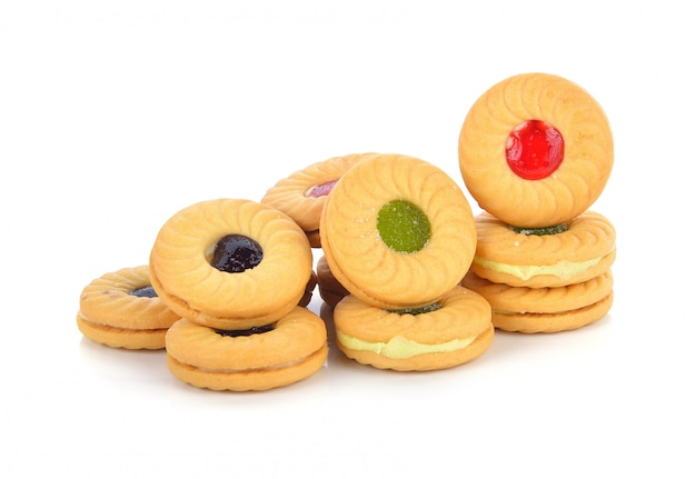 Biscotti con marmellata di frutta isolato su bianco