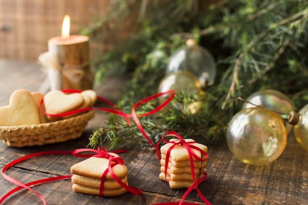 Biscotti con palline sul tavolo