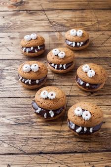 Biscotti con pasta di cioccolato a forma di mostri per halloween