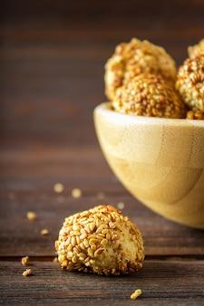 Biscotti con semi di sesamo su un tavolo di legno