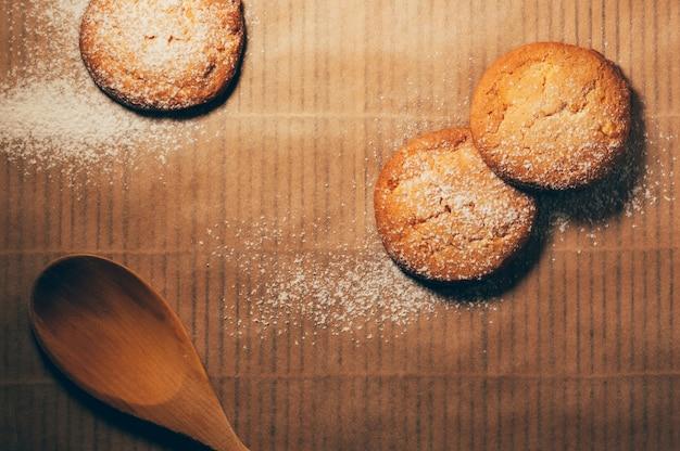 Biscotti con una pala di legno