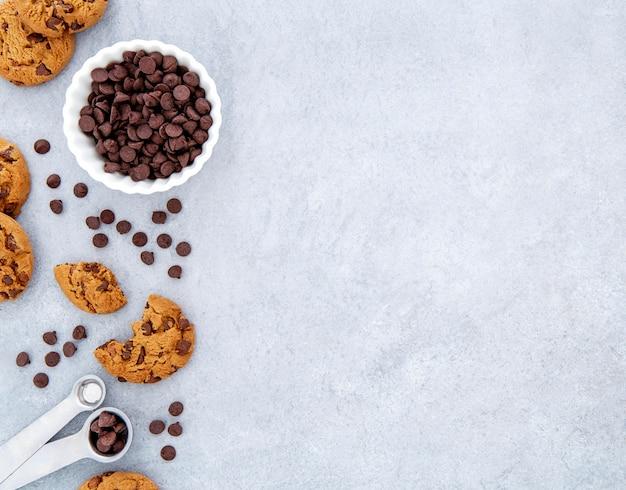 Biscotti con vista dall'alto e scaglie di cioccolato copia spazio