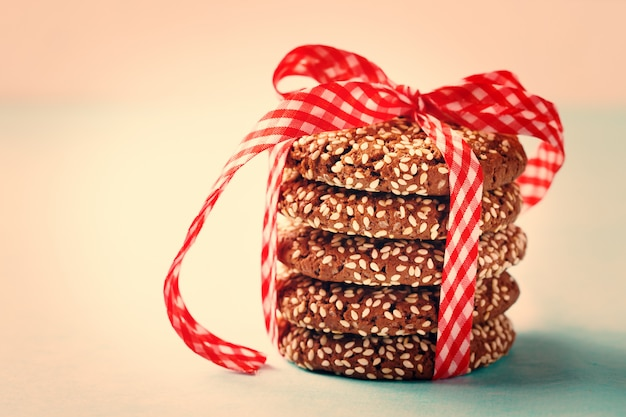 Biscotti croccanti al cioccolato impilati con sesamo