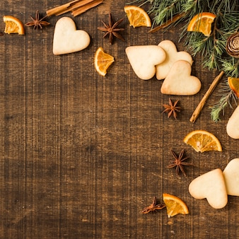 Biscotti cuore con rami e arancia