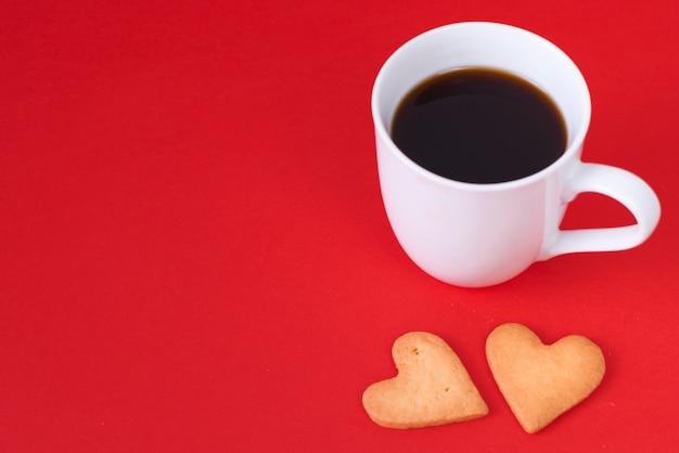 Biscotti cuore con tazza di caffè