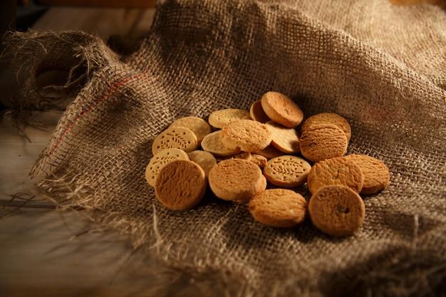 Biscotti da diversi cereali su tela.