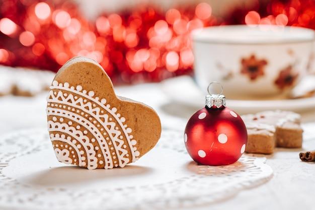 Biscotti decorati fatti a mano svegli di tema di natale