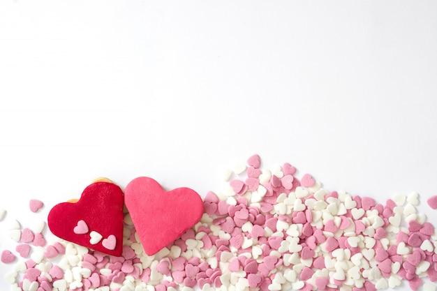 Biscotti del biglietto di s. valentino con forma del cuore isolata su superficie bianca