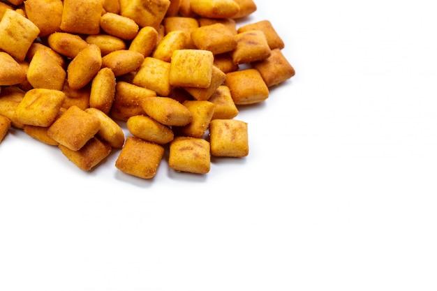 Biscotti del cracker isolati su superficie bianca
