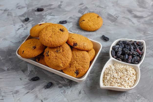 Biscotti deliziosi con l'uva passa e la farina d'avena, vista superiore