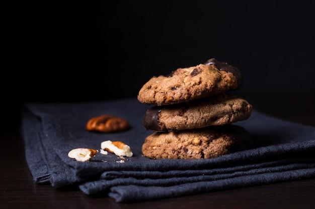 Biscotti deliziosi del cioccolato del primo piano con le noci