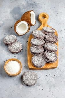 Biscotti deliziosi della noce di cocco e del cioccolato con la noce di cocco, vista superiore