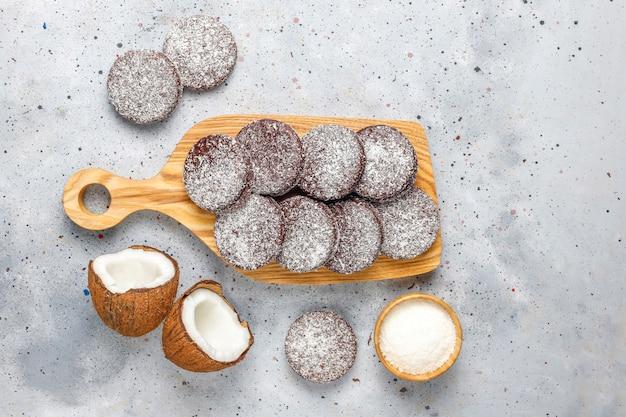 Biscotti deliziosi della noce di cocco e del cioccolato con la noce di cocco