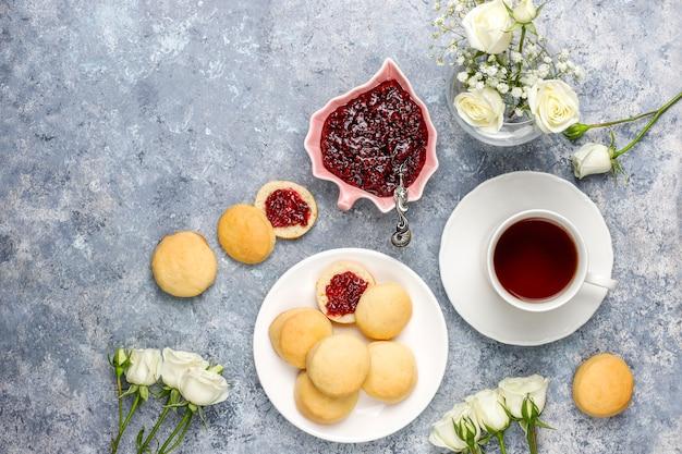 Biscotti deliziosi fatti in casa che servono con marmellata di lamponi, vista dall'alto