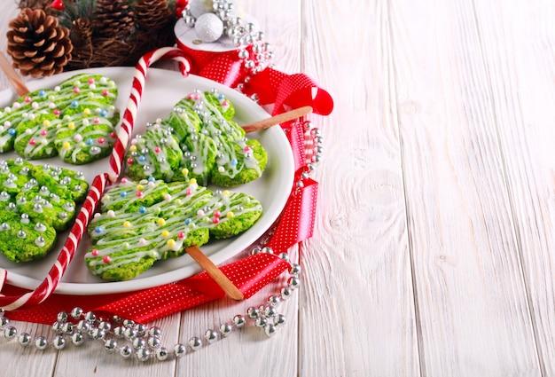 Biscotti dell'albero di natale sui bastoni, decorati
