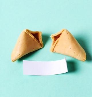 Biscotti della fortuna e carta