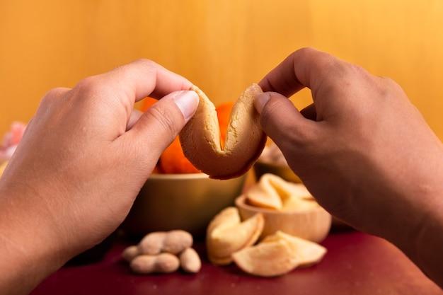 Biscotti della fortuna in mani per il nuovo anno cinese