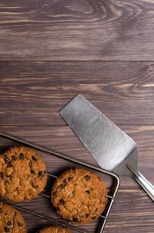 Biscotti di avena fatti in casa su rack di raffreddamento. fondo in legno fla