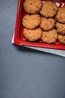 Biscotti di avena sul piatto su gray