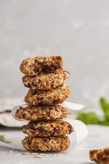 Biscotti di avena vegani con datteri e una banana. dessert sano della disintossicazione del vegano su un fondo leggero, spazio della copia