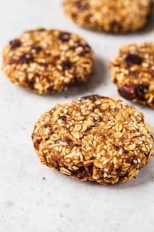 Biscotti di avena vegani con sesamo. concetto di cibo vegetariano sano.