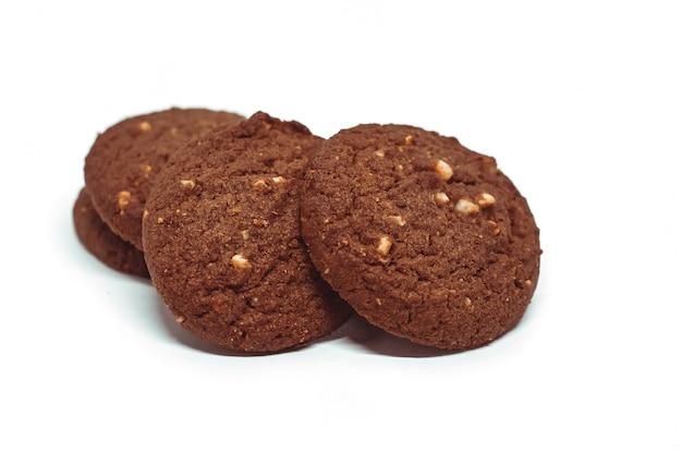 Biscotti di burro tradizionali dell'anacardio del cioccolato su priorità bassa bianca
