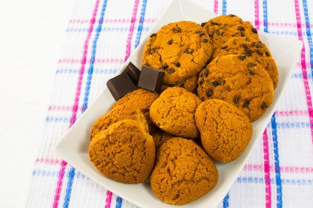 Biscotti di farina d'avena a forma di cuore e biscotti con gocce di cioccolato
