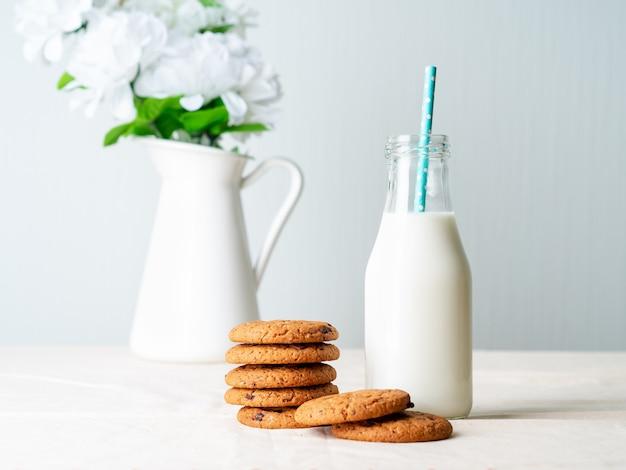 Biscotti di farina d'avena al cioccolato e latte in bottiglia, spuntino sano.