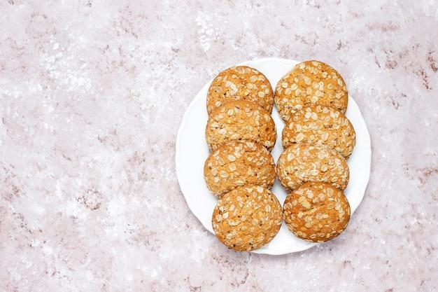 Biscotti di farina d'avena americani di stile su fondo in cemento leggero.