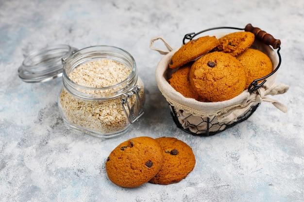 Biscotti di farina d'avena casalinghi con gocce di cioccolato su calcestruzzo