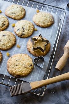Biscotti di farina d'avena casalinghi con gocce di cioccolato su un tavolo da cucina grigio