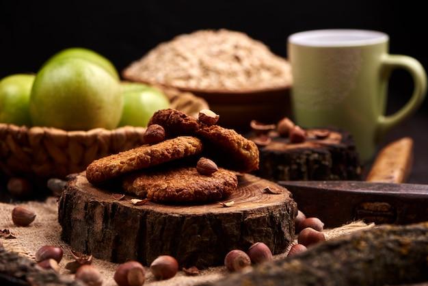 Biscotti di farina d'avena casalinghi con le nocciole su fondo di legno