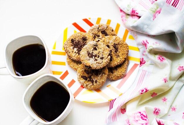 Biscotti di farina d'avena con cioccolato su un piatto