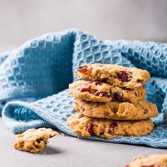 Biscotti di farina d'avena con uvetta e mirtilli rossi