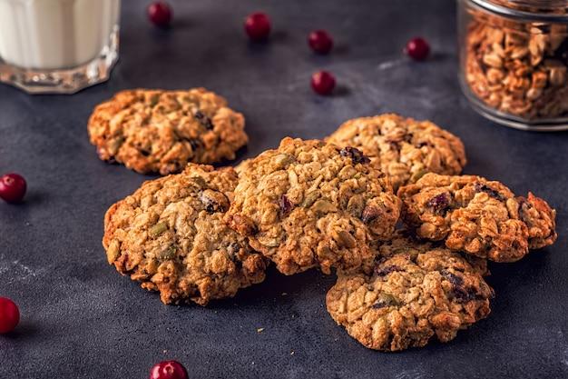 Biscotti di farina d'avena fatti in casa con mirtilli rossi