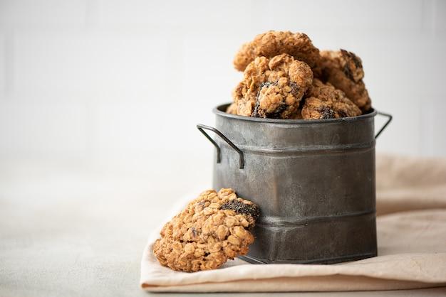 Biscotti di farina d'avena fatti in casa con prugne e noci