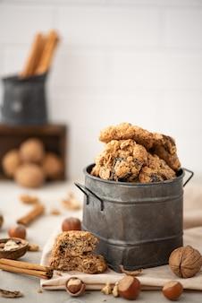 Biscotti di farina d'avena fatti in casa con prugne secche e noci in una lattina di ferro
