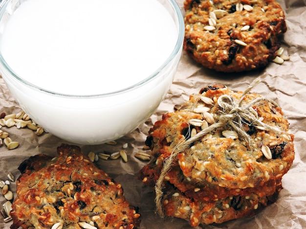 Biscotti di farina d'avena fatti in casa con uvetta e semi di sesamo e semi di lino. biscotti fitness.