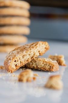 Biscotti di farina d'avena fatti in casa. pila di biscotti close-up di biscotti crackizzati.