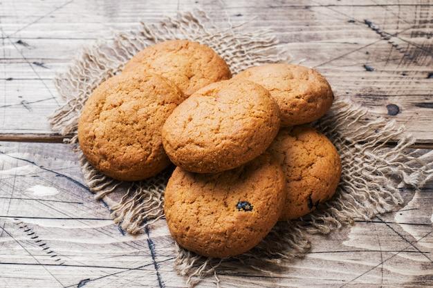 Biscotti di farina d'avena naturali su di legno. stile rustico. copyspace