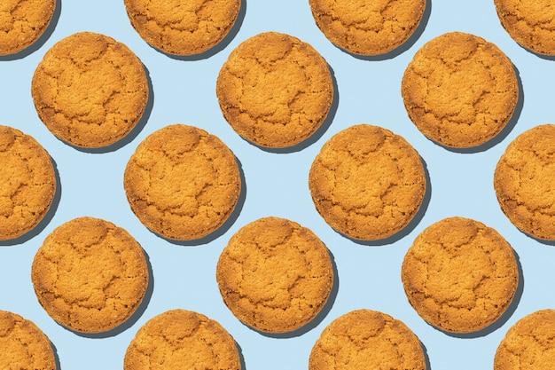 Biscotti di farina d'avena sana tendenza seamless pattern isolato su sfondo blu.