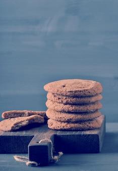 Biscotti di farina d'avena su un bordo rustico di legno