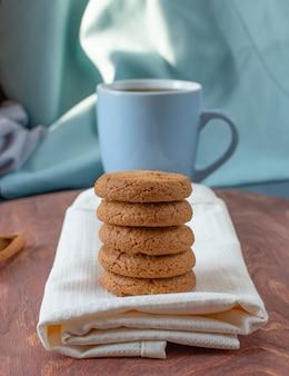 Biscotti di farina d'avena su un pezzo di asciugamano.