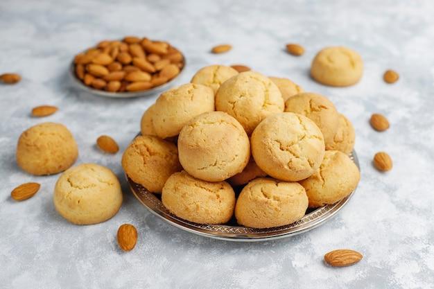 Biscotti di mandorla casalinghi sani su calcestruzzo, vista dall'alto