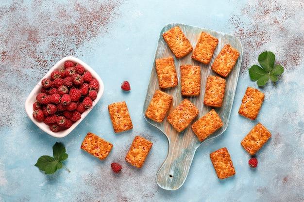 Biscotti di marmellata di lamponi deliziosi dolci con lamponi maturi, vista dall'alto