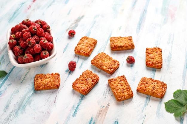 Biscotti di marmellata di lamponi deliziosi dolci con lamponi maturi