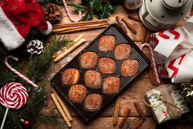 Biscotti di natale di vista superiore con le decorazioni