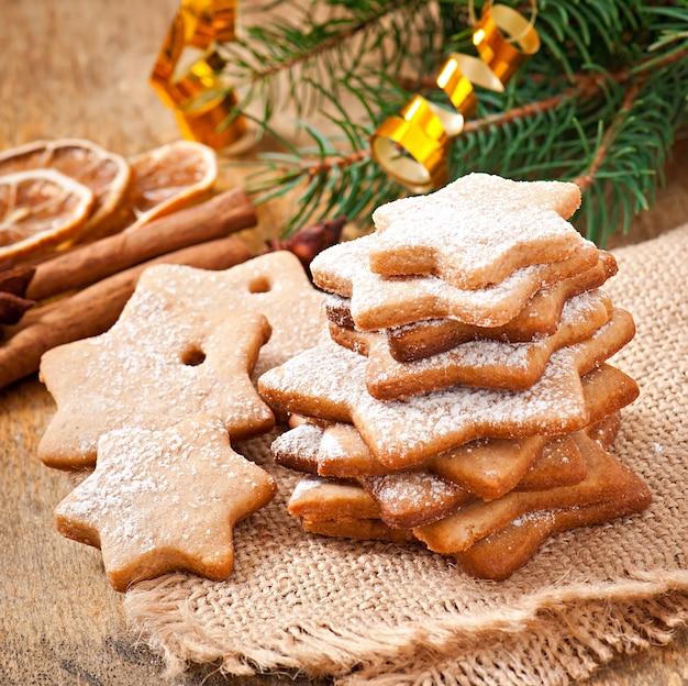 Biscotti di natale fatti in casa cosparsi di zucchero a velo