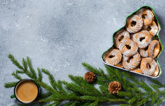 Biscotti di natale in una casella sotto forma di un albero di natale.