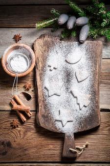 Biscotti di natale su fondo in legno